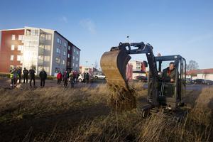 Med en liten grävare till hjälp, så tog Bengt-Olov Eriksson ,S, kommunalråd de första spadtagen.