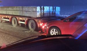 En lastbil, lastad med betongelement. Uppenbarligen var den på något sätt inblandad i olyckan tillsammans med flera andra fordon, men det var inte den lastbilen som bussen körde in i.