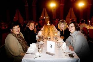 Jubilarer på fest. Laila Larsson, Anna-Carin Hellström, Gudrun Ahrman och Inga-Lena Johansson har precis satt sig vid middagsbordet i Stadshuset.