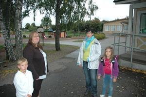 BRA FLYTT. Beslutet att flytta eleverna har tagit för lång tid - annars är föräldrarna Annika Jädersten-Rundlöf och Ilze Wessman nöjda med hur skolledningen löst problemet. Med på bilden är eleverna Alexander Eriksson och Alise Wessman.