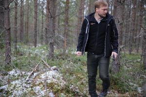 Miljöinspektör Jens Anderson letar efter mer skrot och skräp runt dumpningsplatsen.