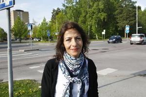 Bilar i fel fil. Från sin utsiktspunkt i Odensvikiosken har Maria Johansson sett många bilar köra fel i korsningen.