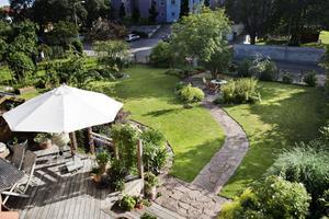 Anne Lundgrens välplanerade trädgård är bara sex år gammal. Här finns stora gräsytor och tuktade rabatter men också härliga hörnor och sittgrupper för avkoppling.