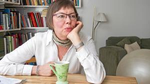 """Birgitta Stillman tycker mycket om att läsa. Men när hon själv skriver får böckerna stå kvar i hyllan. """"Då vill jag inte ha för mycket input. Det stör processen  i mitt skapande"""", förklarar hon."""