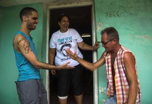 Graffitikonstnären Danilo Maldonado (till vänster) firar frisläppandet med sin mor och vän.