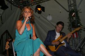 Helen Sjöholm sjöng på Västerviks visfestval som firar 40-års jubileum.