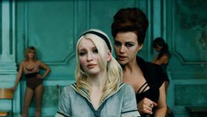 Babydoll (Emily Browning) fantiserar om att hon är fången på en bordell, där veteranen Vera Gorski (Carla Gugino) lär flickorna att dansa.
