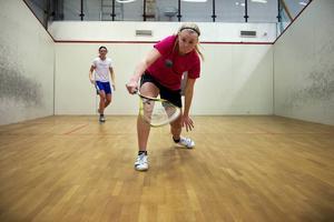 Ebba säger att hon har en ordentlig tävlingsinstinkt, är bra på att läsa spelet och är bra på att lägga korta bollar. Emma säger att hon spelar ett hårt spel där hon aldrig slutar att springa.