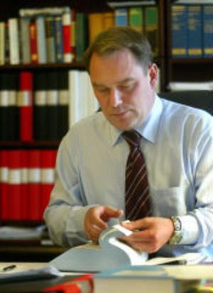 Uppgifterna om Göran Kvists metoder bland annat från advokat Fredrik Lindberg. Han försvarar en Skellefteåbo som säger sig ha blivit pressad och lockad till ett falskt erkännande. –Jag vet inte vilka bevekelsegrunder Kvist hade. Jag tror att han egentligen ville vara bussig och praktisk, säger Fredrik Lindberg.