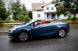 Opel Cascada är en mix av Astramodellen och den större Insignia. Trevlig att köra, tycker Ola Thelberg efter en roadtrip till södra Sverige.