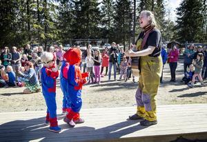 Artisten Mia Kempff ledde karnevalståget när Videgårdens förskola firade 40 år på förskolans dag.
