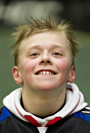 """VILJESTARK. William Österberg Berglund drabbades av syrebrist i hjärnan vid födseln och har aldrig kunnat gå utan stöd. Men tack vare innebandyn finns nu en chans att han kan lära sig gå. """"Mitt mål är att kunna gå 100 meter om några år, det känns som att jag är en bit på väg."""""""