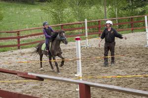 Julia Bjurling Pahlbäck har haft ponnyn Malva i två år och tävlar i hoppning.