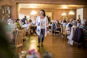Tina Svensson går catwalk inför en fullsatt sal på församlingshemmet i Sveg.