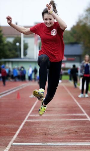 Ludvika FfI-friidrottaren Matilda Blomquist, representerande Kyrkskolan, imponerade. Här ses hon inleda längdhoppet, men strax innan hade åttondeklassaren Matilda vunnit högstadiets 100-meterslöpning på nya personliga rekordet 13.75.