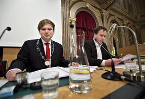 """HADE STENKOLL. """"Många tror nog att det bara är att sitta här i halsband och med klubba, men det är mycket, mycket mer"""". Daniel Olsson är den yngste ordförande i kommunfullmäktige i Sverige, men är rutinerad på fullmäktigemöten."""