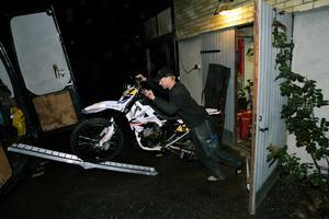 Under torsdagskvällen kväll var det fullt stök i Pelle Lifvendahls garage i Nysättra. – Det är bråttom med cyklarna och det gäller att få ordning på alla grejerna. Sedan ska husvagnen packas, säger han.