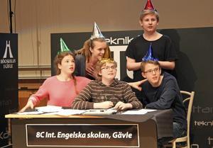 8C Internationella Engelska skolan Gävle väntar här på vinnande slutresultatet i regionfinalen i Teknikåttan, sittande Mathilda Norrbelius, Jakob Stjerndorff, Marcus Ålenius och bakom Emilia Lindgren och Johan Heimerlöv.