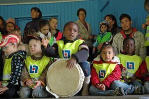 MUSIKAKLISK. José från Nigeria fixar trumman under barnens sång.