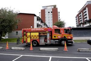 BRAND. Det var strax efter 14.30 som räddningstjänsten larmades till Öster där det brann i en barnfamiljs lägenhet. Hela familjen fick föras till sjukhus.