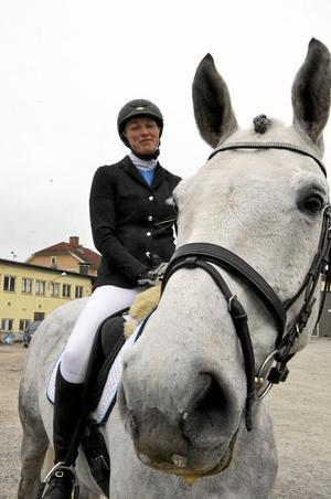 Nöjd. Moa Svensk och hopphästen Laz Vegas tyckte att de åstadkommit en godkänd insats i sin allra första dressyrtävling.