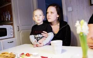 Michaela Bogström, här med sonen Emil, har hakat på mamma Rose-Maries initiativ. Foto: Carl Lindblad/DT