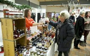 Birgitta Öhman, Norrtälje, köper glögg och marmelad på fikon och rabarber av Yvonne Björ från Övre Gärdsjö. Foto: Claes Söderberg/DT