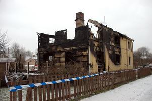 NYÅRSBRAND. Året inleddes med en brand i ett hus på Grevegatan i Tierp. Natten till 1 januari leder en missriktad nyårsraket till att fastigheten förstörs.