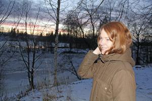 Josefine Heed trivs i Stora Skedvi där hon bor alldeles intill Dalälven. Att som ung kvinna flytta till storstan är ingen självklarhet. Det tror hon inte heller att det är för alla andra unga.