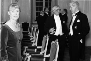Per Olof Sundman blev 1975 invald i Svenska Akademien och ses här i mitten samtala med professor Carl Ivar Ståhle i Börshuset i Stockholm i samband med invalet av Kerstin Ekman (t.v. i bild) tre år senare.
