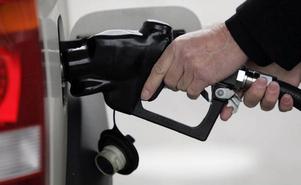 För att nå de mål MP satt upp för minskning av koldioxid krävs att bensinpriset fördubblas, menar insändarskribenten.   Foto: PAUL SAKUMA/Scanpix