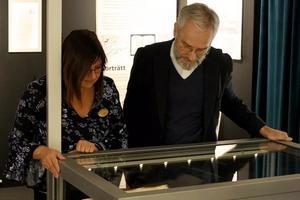 Stiftsbibliotikarie Pia Letalick och John Rothlind, kultursamordnare för Svenska kyrkan i Västerås inspekterar deras fynd.