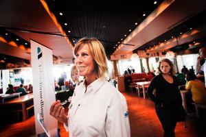 Arbetsförmedlaren Lotta Högström står mitt i vimlet här på jobbmässan i Åre. Inför vintern finns 400 lediga arbeten, men det kommer fler. Många mindre företag i Åredalen väntar med rekrytering medan de större företagen vill ha ansökningarna inne redan första september.