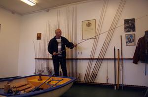 Niss Henrik Jonsson förvarade länge sin pappas fiskeredskap på vinden. Nu har han överlåtit disponeringsrätten av sakerna till Utvecklingsgruppen, som ska driva museet i samarbete med entreprenören Ulf Andersson. Foto:Lisa Nissdal-Olin
