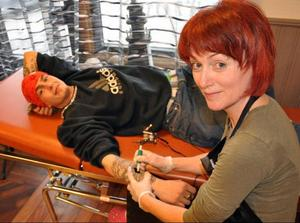 Christian Larsson som tidigare var tatuerare i Brunflo, flyttar sin verksamhet till Östersund och överlåter nålen till Katarina Nilsson som även öppnar tatueringsstudio i Bräcke.