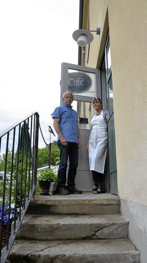Utställare.Peo Quick och Solveig Petrovic framför kaféet vid Bryggeriet.