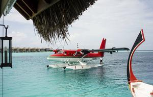 Att flyga med sjöflyg är det snabbaste sättet att ta sig till öarna.