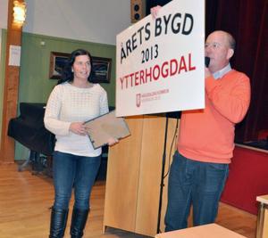 Anna Mirårs fick bland annat ta emot skyltar där det framgår att Ytterhogdal är årets bygd i Härjedalen.