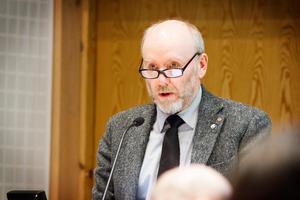 – Vi får räkna med kritik om vi tar bort bussturer, men åtgärden är ekonomiskt nödvändig, enligt Jan Lahenkorva, S, förste vice ordförande i hållbarhetsnämnden.