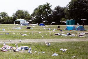 fågelmat. Så här såg campingområdet ut innan Irstas handbollstjejer städade undan.Foto: Per Groth