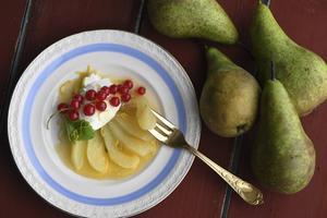 Mikrobakade amarettopäron med färska bär. Snabbt och enkelt.