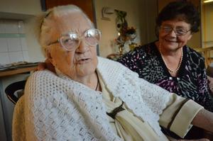 Greta Karlsson, 100 år, här tillsammans med dottern Gertrud.