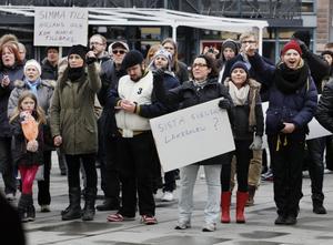 MÅNGA PLAKAT. Flera av deltagarna i demonstrationen bar på hemsnickrade plakat med vitt skilda budskap.
