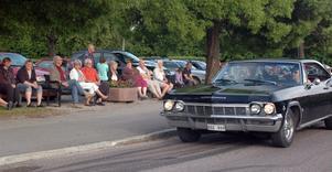 Årets första onsdagscruising i Edsbyn lockade cirka ett hundratal bilar.