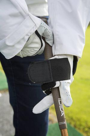 Hjälpmedel finns för de som har svårt att greppa klubban. Här är en specialdesignad handske i vilken man kan sätta fast klubban.