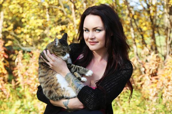 Kattmänniskan Jennie Grinde med en av hushållets tre katter, den äldste i familjen, Farbror Tilt, 13 år gammal.
