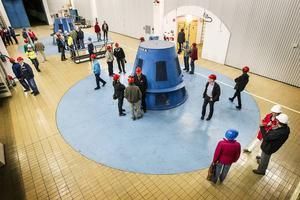 I turbinhallen tittade besökarna på de två aggregat som producerar motsvarande årsförbrukningen för 7930 eluppvärmda villor.