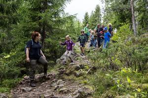Naturvägledaren Emma Andersson från Naturum tog täten och berättade om djur och växter under vandringen..