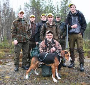 Snart ska Rune Jönsson släppa sin hamiltonstövare Abbe. Bakom står från vänster Anders Nilsson, Henrik Thyselius, Adam Elsert, Andras Hammarberg, Sune Holgersson och Mathias Heimdahl.