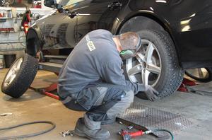 Att skifta däck i högt tempo är slitsamt och innebär obekväma arbetsställningar.
